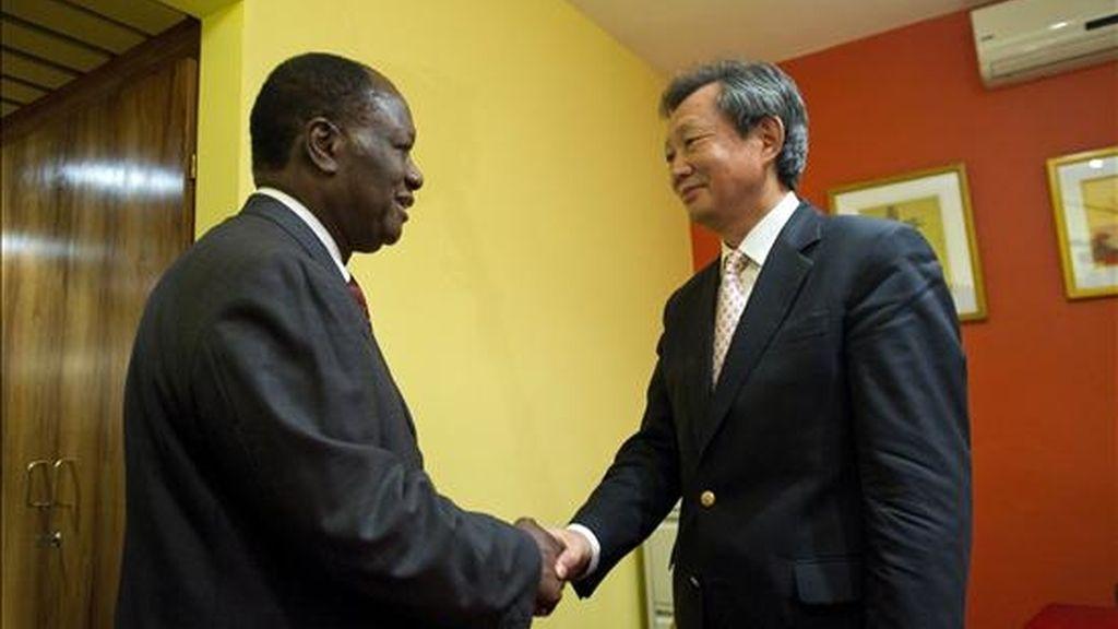 El líder de la oposición marfileño Alassane Dramane Ouattara (izda) saluda al responsable de la Misión de Naciones Unidas en Costa de Marfil (ONUCI), Choi Young-jin, en Abiyán, Costa de Marfil, el 9 de diciembre de 2010. EFE
