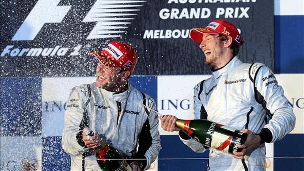 Los difusores al límite del reglamento superaron al KERS. En la imagen, el piloto de Brawn GP Jenson Button (d) celebra con su compañero Rubens Barrichello (i) ayer en el podium del Gran Premio de Australia de Fórmula Uno. EFE