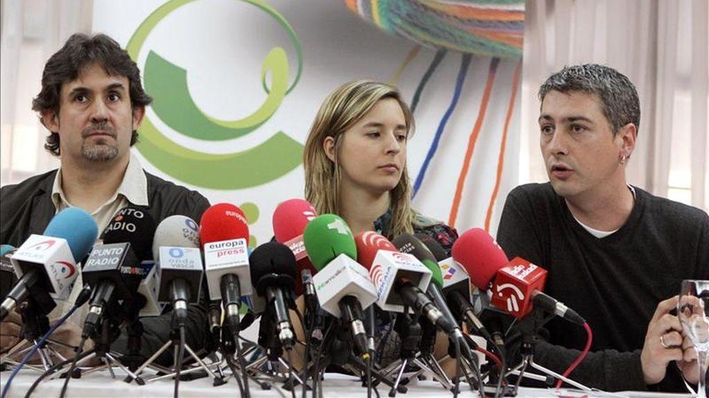 Los miembros de la coalición Bildu, Pello Urizar (i), secretario general de EA, la independiente y candidata número dos por Bilbao Aitizber Ibaibarriaga (c), y Oscar Matute (d), de Alternatiba, durante la rueda de prensa de hoy. EFE