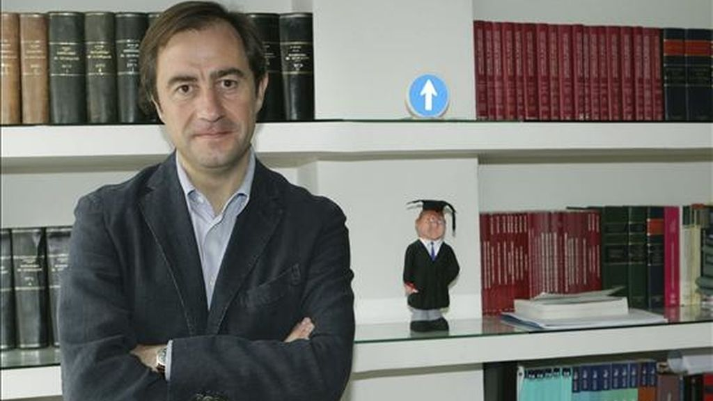 El militante socialista Santiago Sufrategui, antes de informar sobre los avales necesarios para disputar unas primarias contra el secretario general del PSOE de La Rioja, Francisco Martínez-Aldama. EFE/Archivo