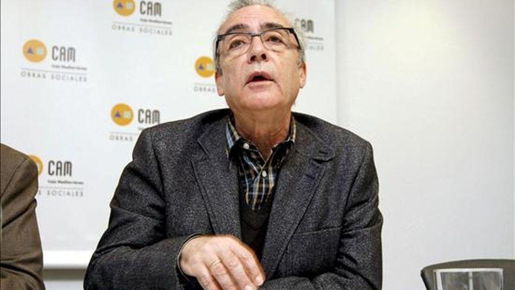 El escritor Juan José Millás durante la rueda de prensa que ha ofrecido previa a su intervención en el ciclo 'Literatura y Vida', dentro del que impartirá una conferencia, hoy en Alicante. EFE