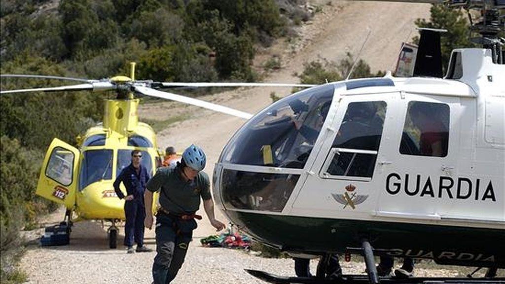 Miembros de la Guardia Civil trasladan a un helicóptero del 112a un montañero herido. EFE/Archivo