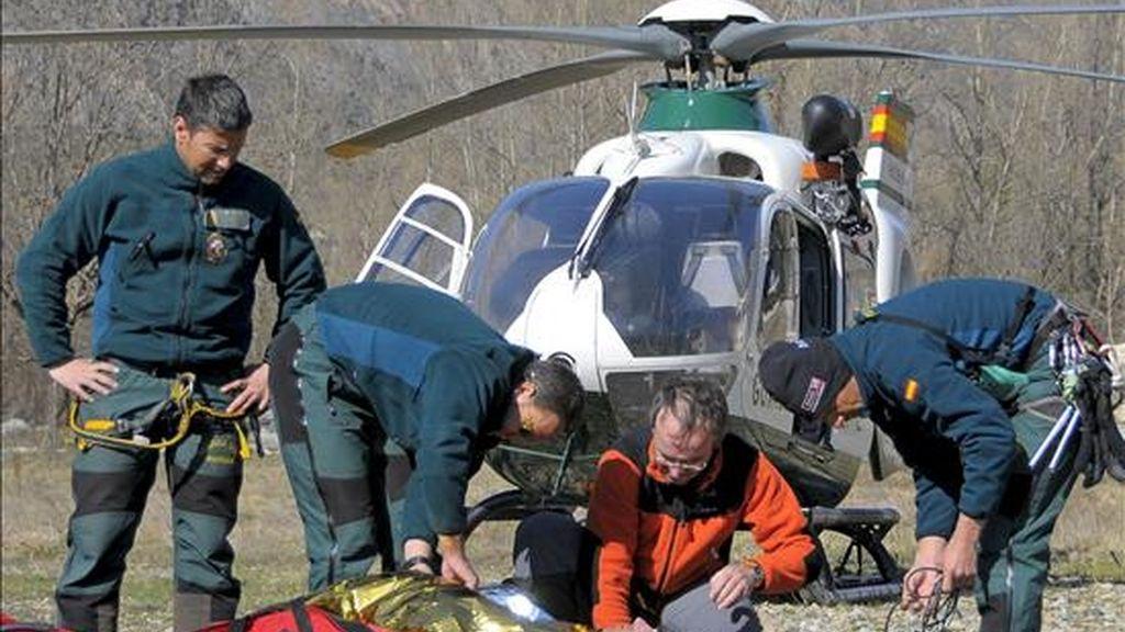Personal de emergencias en las labores de rescate de un montañero. EFE/Archivo
