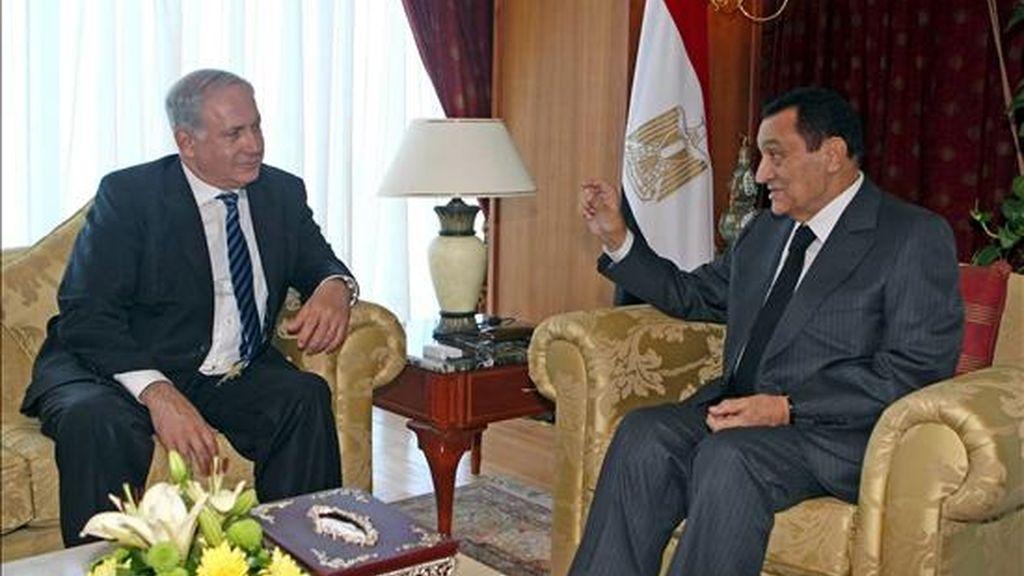 El presidente egipcio, Hosni Mubarak (dcha), mantiene una reunión con el primer ministro israelí, Benjamin Netanyahu, sobre el proceso de paz en Oriente Medio el pasado 3 de mayo en Sharm El-Sheij, en la península del Sinaí (Egipto). EFE/Archivo
