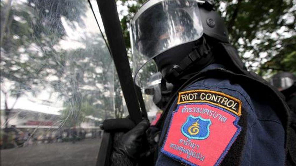Miembros de las fuerzas antidisturbios realizan un simulacro de seguridad en la sede de la policía en Bangkok, Tailandia. EFE/Archivo