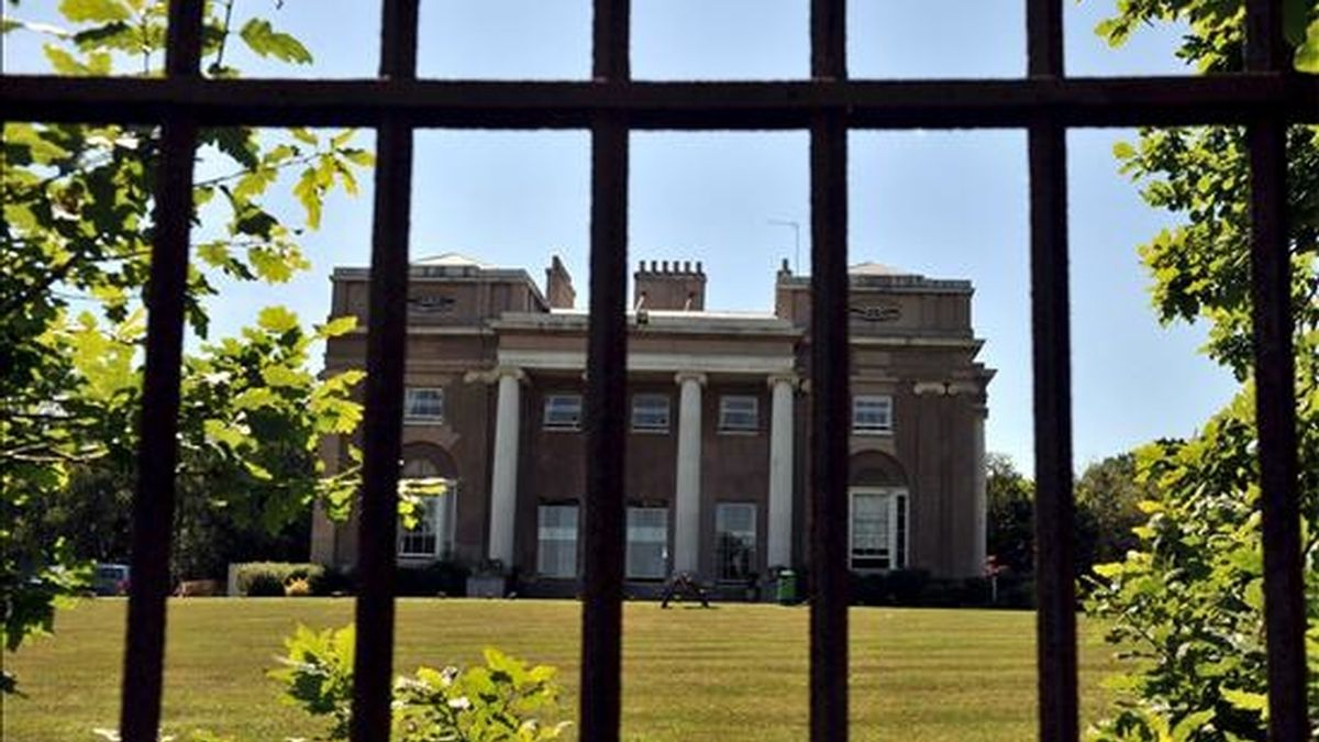 """Vista de la entrada a la clínica 'Priory', donde ha estado recluida la escocesa Susan Boyle, en Southgate, al norte de Londres, Reino Unido, tras su participación en la final del programa """"Britain's Got Talent"""". EFE/Archivo"""