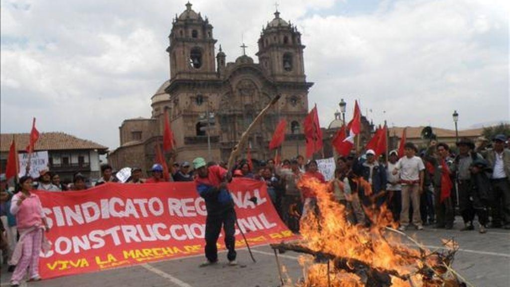Manifestantes, procedentes de Espinar (Perú), marchan en la Plaza de Armas de Cuzco, ciudad que se unió a la huelga contra un proyecto de irrigación y acató un paro de 48 horas sin transporte público, comercios, servicio de tren ni clases escolares. EFE