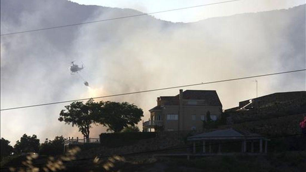 Un helicóptero participa en las teareas de extinción del incendio de Estepona. EFE