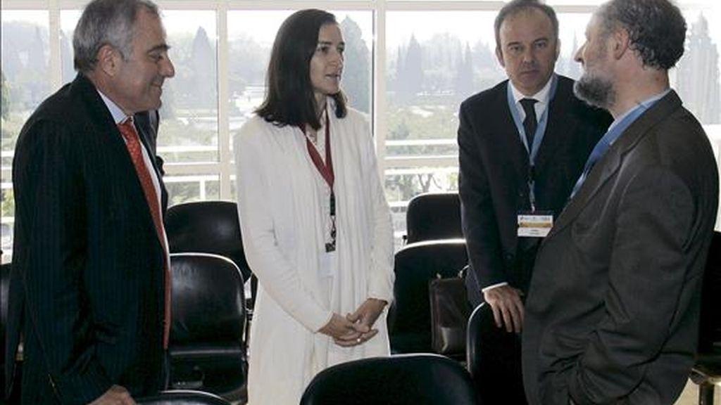 La ministra española de Cultura, Ángeles González-Sinde (2-i), conversa con algunos de sus homólogos iberoamericanos durante la XII Conferencia Iberoamericana de Cultura, en Lisboa (Portugal), el 22 de abril de 2009. La conferencia, que empezó ayer, finaliza esta tarde con la lectura y aprobación de la 'Declaración de Lisboa'. EFE