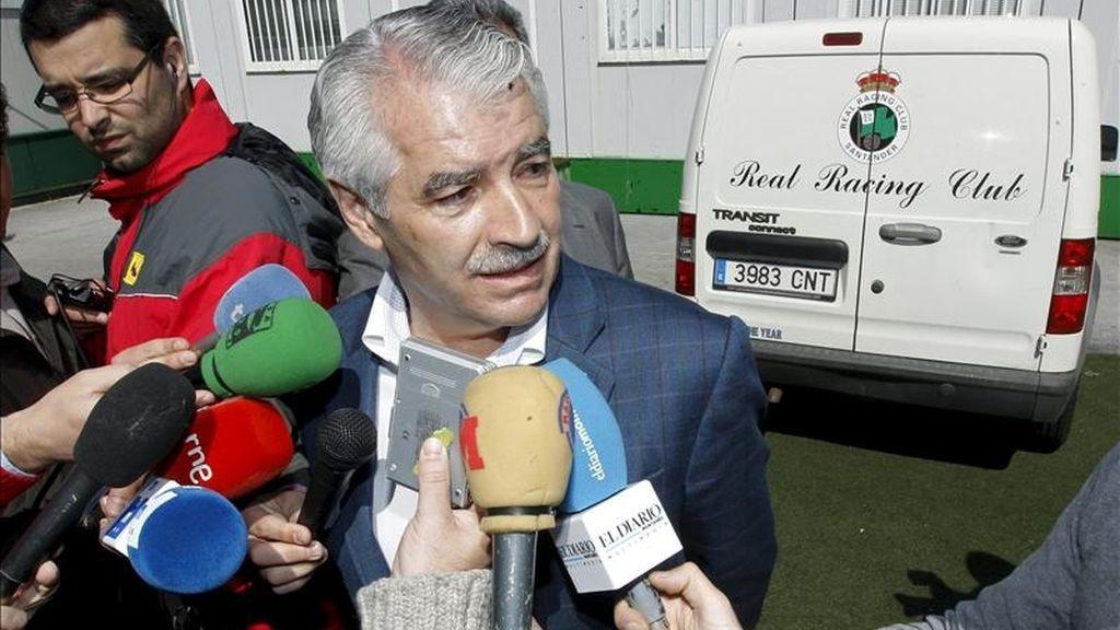 El presidente del Racing de Santander, Francisco Pernia, responde a las preguntas de los periodistas sobre la deuda que el club tiene con los jugadores y el retraso del nuevo propietario, el empresario indio Ashan Ali Syed, en saldar esas cantidades. EFE