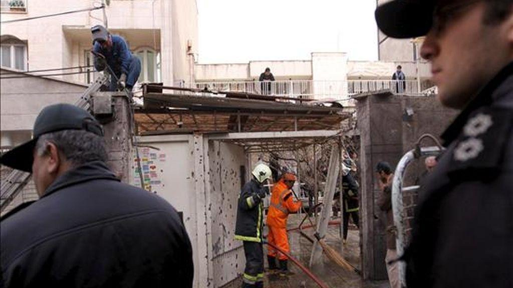 Agentes de la Plicía iraní montan guardia tras la explosión de una bomba en el norte de Teherán (Irán). EFE/Archivo