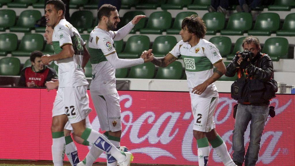 El defensa uruguayo del Elche Damián Suárez (d) celebra con sus compañeros el gol marcado al Rayo Vallecano