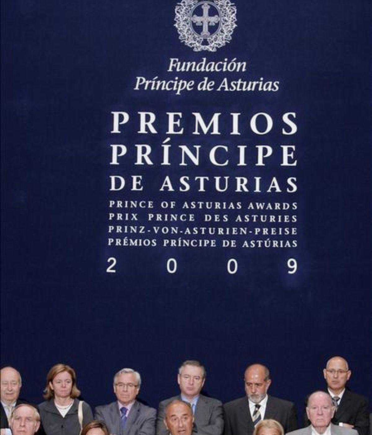El jurado del Premio Príncipe de Asturias de Comunicación y Humanidades 2009, presidido por el catedrático de Literatura de la Universidad de Salamanca Ricardo Senabre (c), en el momento de leer el acta que otorga el galardón de esta edición a la Universidad Nacional Autónoma de México (UNAM). EFE