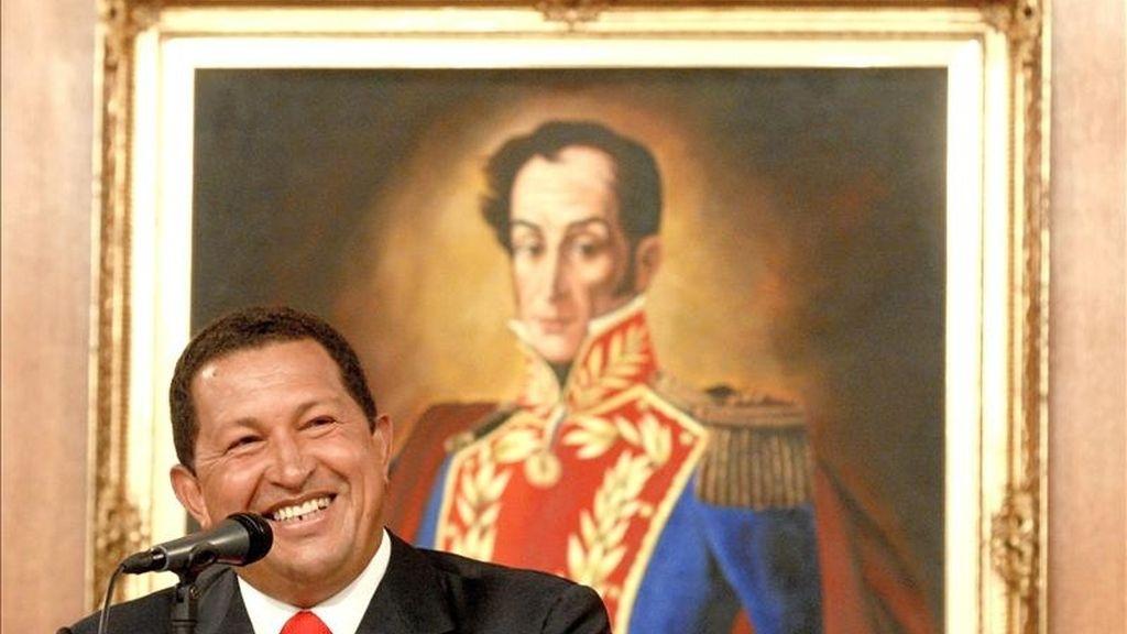 Medios locales publican una encuesta de Consultores 21, en la que se afirma que la popularidad del presidente de Venezuela, Hugo Chávez, ha caído 42 puntos, pasando de un 80% de aceptación en 1999 a un 38 en la actualidad. EFE/Archivo