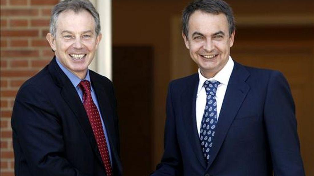 El presidente del Gobierno español, José Luis Rodríguez Zapatero (d), saluda a Tony Blair. EFE/Archivo