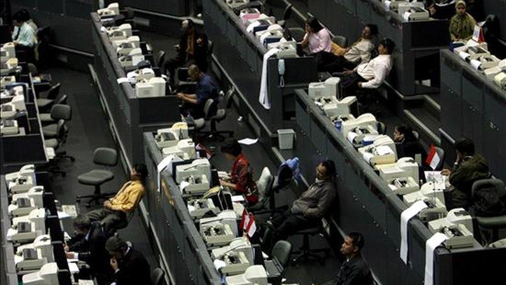 Corredores de bolsa indonesios en la Bolsa de Valores de Indonesia en Yakarta, Indonesia. EFE/Archivo