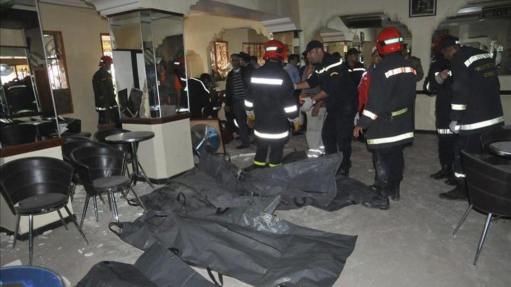 Efectivos de los cuerpos de rescate se preparan para sacar los cuerpos de las víctimas del atentado registrado en el café Argana de la plaza Yemá el Fna de Marraquech, Marruecos. EFE