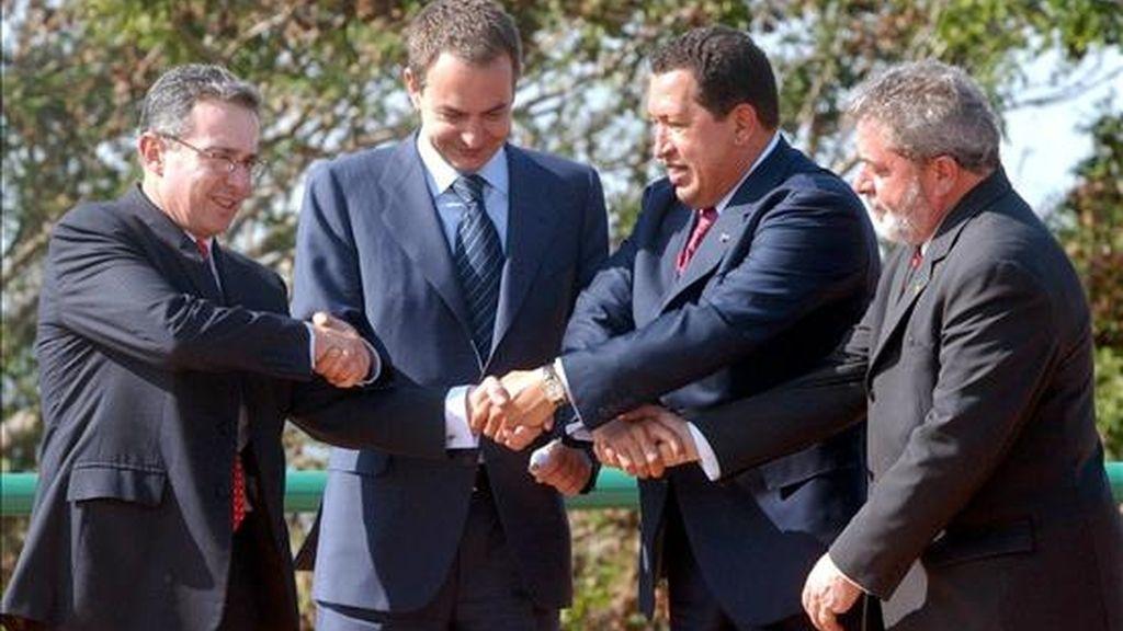 (i-d) Los presidentes Álvaro Uribe, de Colombia; José Luis Rodríguez Zapatero, del Gobierno español; Hugo Chávez, de Venezuela, y Luiz Inácio Lula da Silva, de Brasil, estrechando sus manos durante una cumbre celebrada el 29 de marzo de 2005 en Ciudad Guayana (Venezuela). EFE/Miraflores