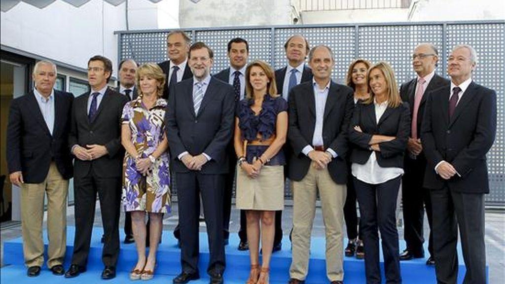 Foto de familia del presidente del PP, Mariano Rajoy (c), junto a los presidentes regionales del partido. EFE