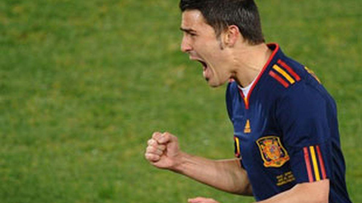 David Villa celebra el tanto que marcó ante Chile, donde la selección lució la camiseta azul marino. Foto: Getty