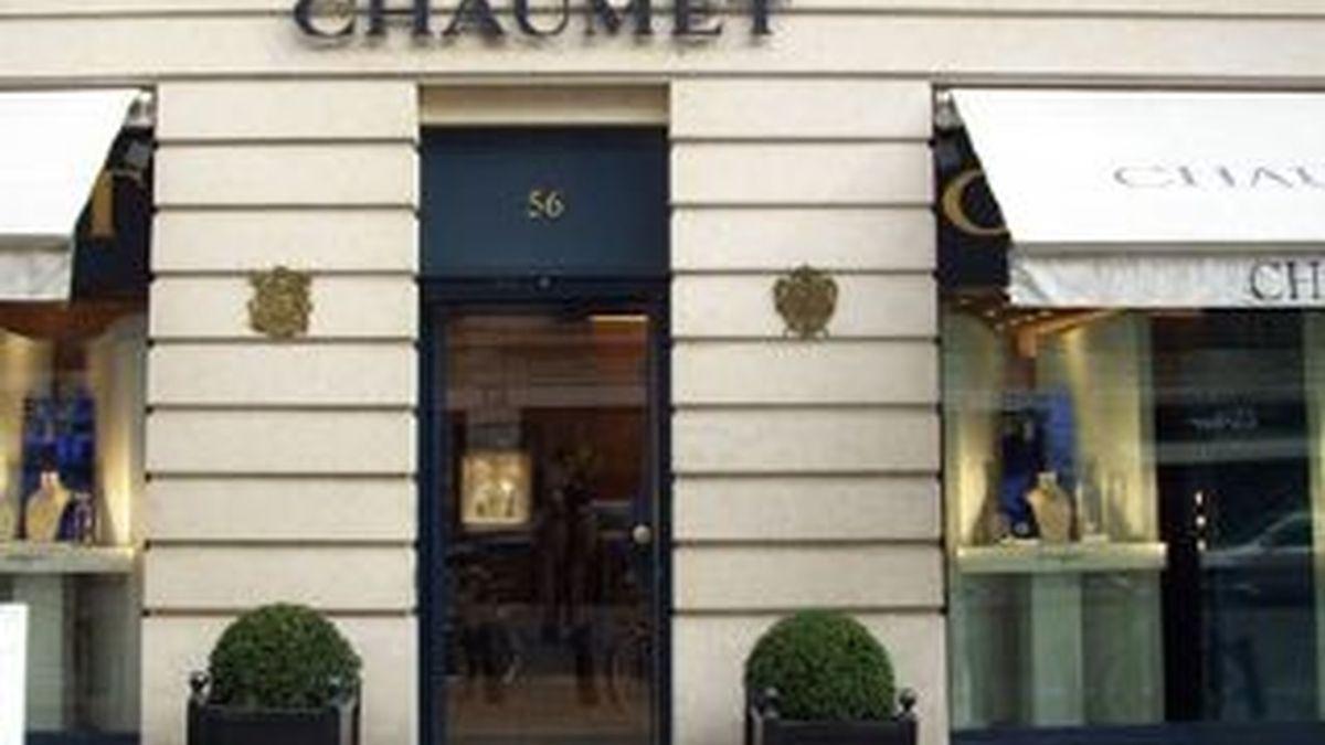 La fachada de la lujosa joyería parisina asaltada por dos encapuchados que robaron un importante botín valorado en miles de euros.