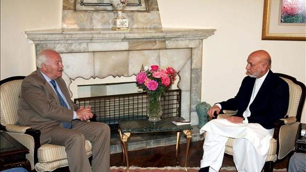 Imagen facilitada por el gobierno afgano el 18 de julio, que muestra al ministro español de Exteriores, Miguel Ángel Moratinos, (i), durante el encuentro que ha mantenido con el presidente afgano Hamid Karzai, en Kabul, (Afganistán). EFE