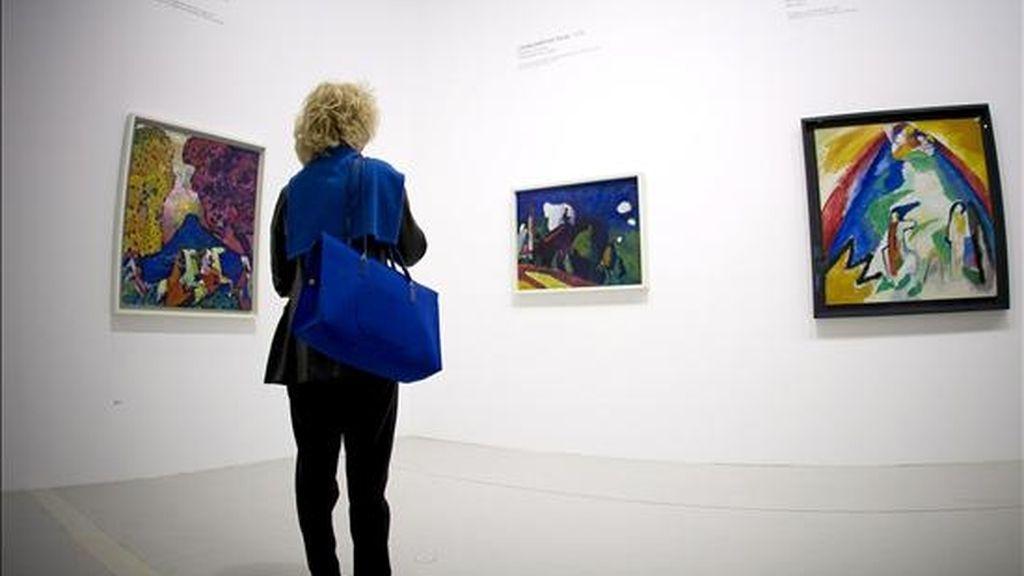 """Una mujer observa los trabajos """"Montaña Azul"""", (i), """"Paisaje con Torre"""", (c), y """"Montaña"""", (d), del artista ruso Vassily Kandinsky que están expuestos en el centro Pompidou de París (Francia). EFE/Archivo"""