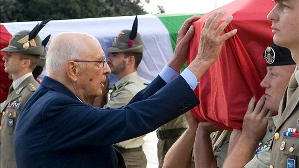 Foto facilitada por la presidencia italiana que muestra el presidente de la República Italiana, Giorgio Napolitano (i), mientras rinde homenaje a los soldados italianos que murieron el pasado miércoles en Afganistán debido a la explosión de un artefacto, durante la llegada hoy de los restos a Roma. EFE