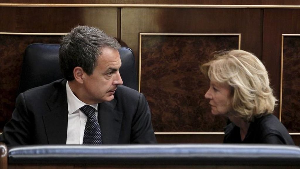 El presidente del Gobierno, José Luis Rodríguez Zapatero, charla con la vicepresidenta económica, Elena Salgado, durante el pleno del Congreso que hoy, entre otros asuntos, aprueba el dictamen del proyecto de ley orgánica del Registro Civil por el que se modifica la Ley Orgánica del Poder Judicial (LOPJ). EFE