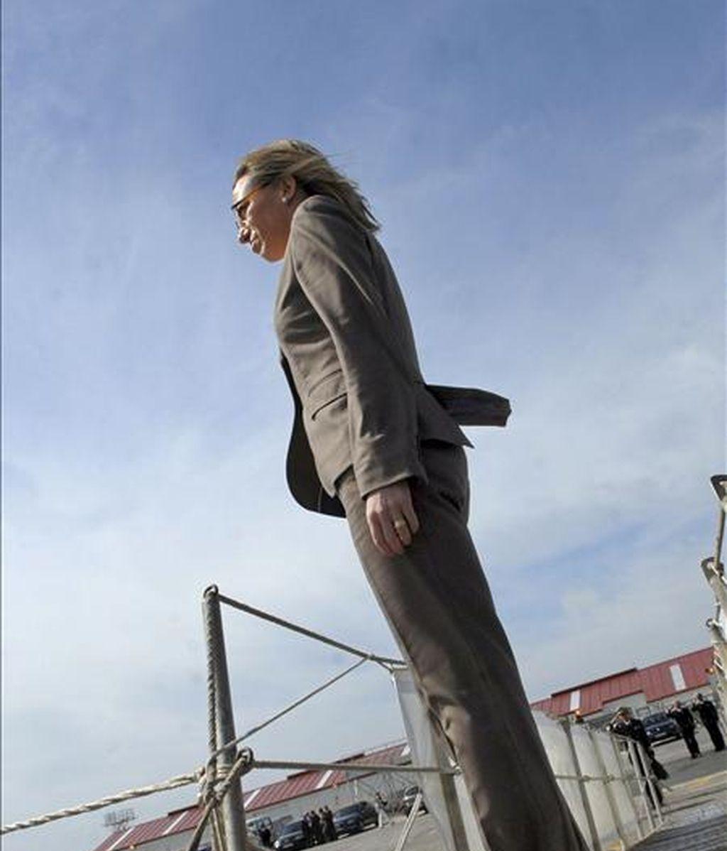 """La ministra de Defensa, Carme Chacón, en el buque """"Numancia"""" a finales del mes pasado antes de que zarpara de la Base de Rota (Cádiz) para incorporarse a la lucha contra la piratería en Somalia. EFE"""