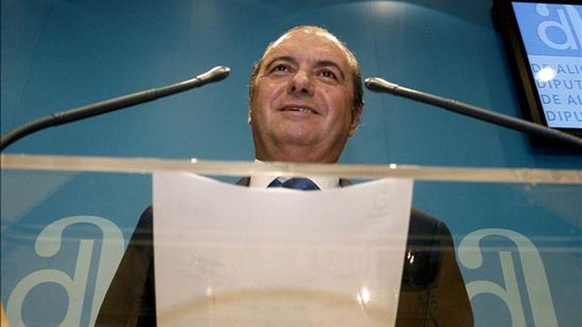 El presidente de la Diputación de Alicante, José Joaquín Ripoll (c), durante la rueda de prensa que ha ofrecido hoy en el Palacio Provincial de la Diputación. EFE