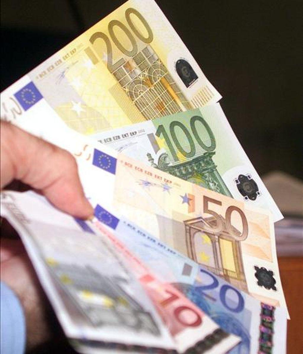 La economía española se contraerá el 3,6% en 2009 y mostrará un moderado avance del 0,3% en 2010, según el último informe semestral de la economía española elaborado por Caixa Catalunya, que estima además que este año se cerrará con una tasa de inflación negativa del 0,3%. EFE/Archivo