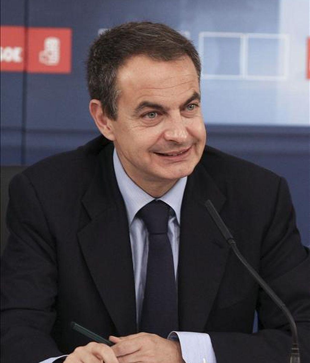 El jefe del Gobierno, José Luis Rodríguez Zapatero, al inicio del acto en el que se constituyó la delegación española en el grupo socialista europeo, que estará formada por los veintiún eurodiputados del PSOE elegidos el pasado domingo. EFE