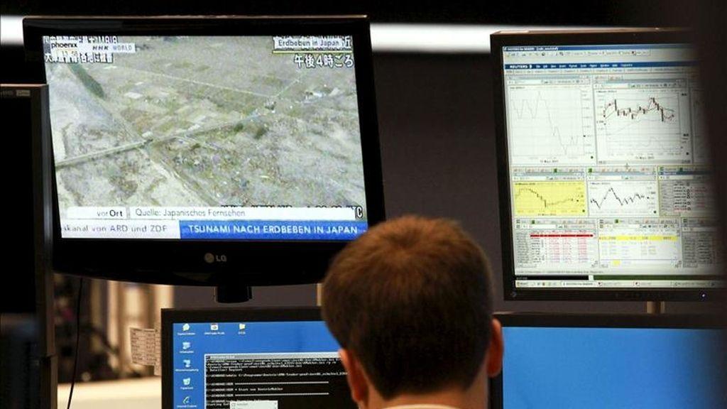 Un agente bursátil trabaja junto a una pantalla. EFE/Archivo