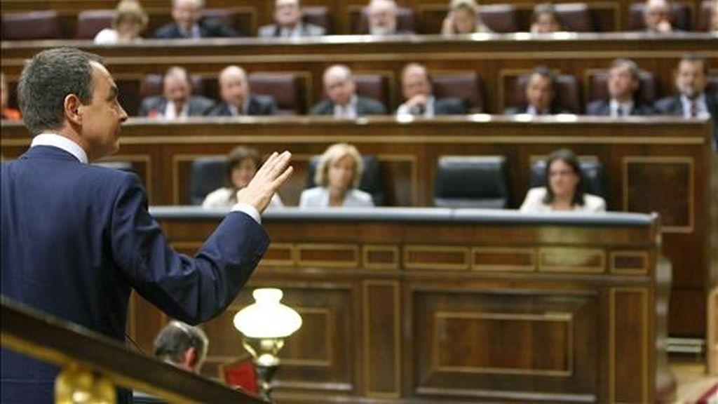 El presidente del Gobierno, José Luis Rodríguez Zapatero, en su réplica al presidente del PP, Mariano Rajoy, durante el debate sobre el estado de la Nación de 2008. EFE/Archivo