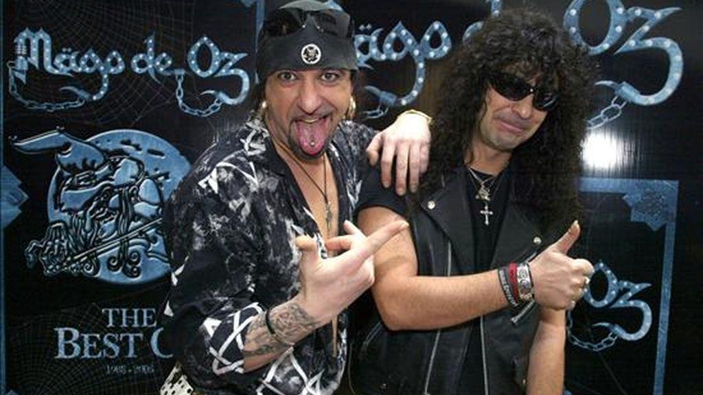 """El baterista Txus Di Fellatio (i) y el guitarrista Frank, del grupo español de heavy metal """"Mago de Oz"""". EFE/Archivo"""
