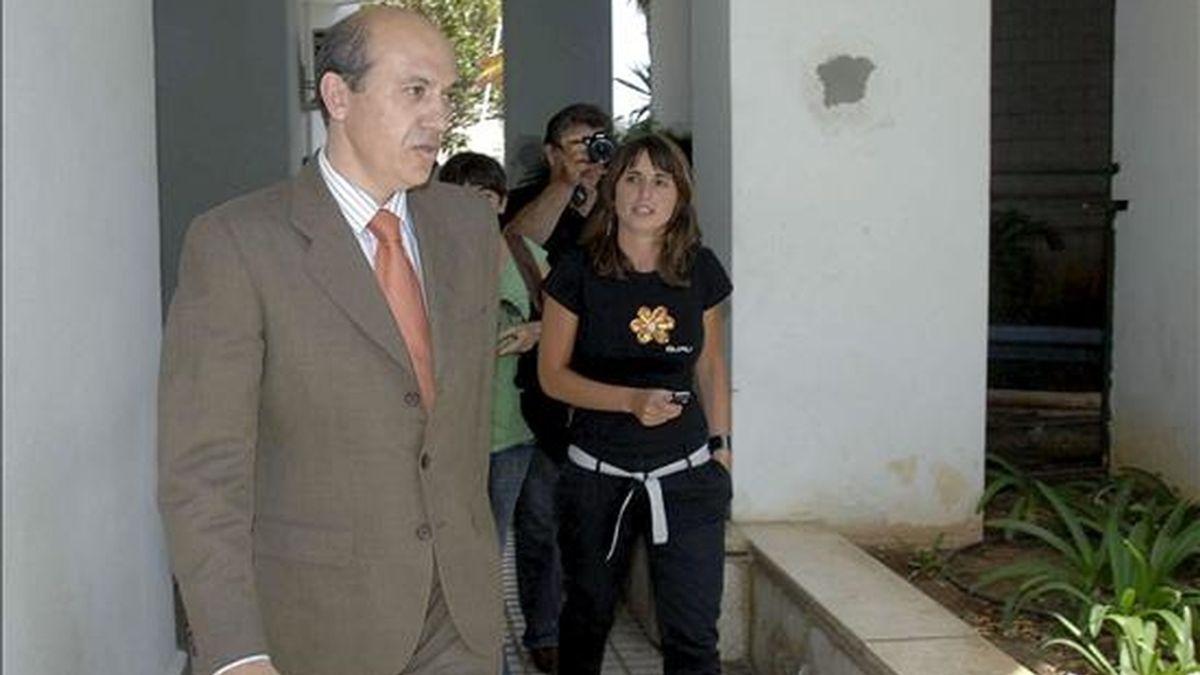 El presidente del CF Sevilla, José María del Nido (i), el pasado mes de mayo a su salida del Juzgado de Instrucción número 1 de Marbella. EFE