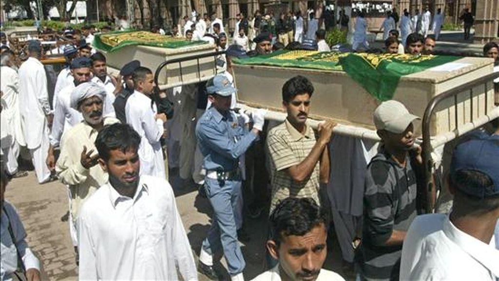 Agentes de policía y familiares asisten al funeral de los policias fallecidos ayer en un ataque terrorista contra una academia policial en Lahore (Pakistán), hoy, 31 de marzo. Al menos ocho cadetes murieron y varias decenas sufrieron heridas en ocho horas de asalto perpetrado por un comando terrorista en la academia policial. EFE