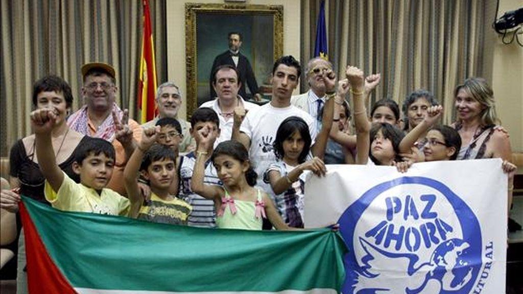"""El diputado de IU, Gaspar Llamazares (3i-detrás), recibió hoy en el Congreso de los Diputados a un grupo de niños palestinos que participan en el programa """"Vacaciones para la Paz 2010"""", organizado por la asociación Paz Ahora. EFE"""