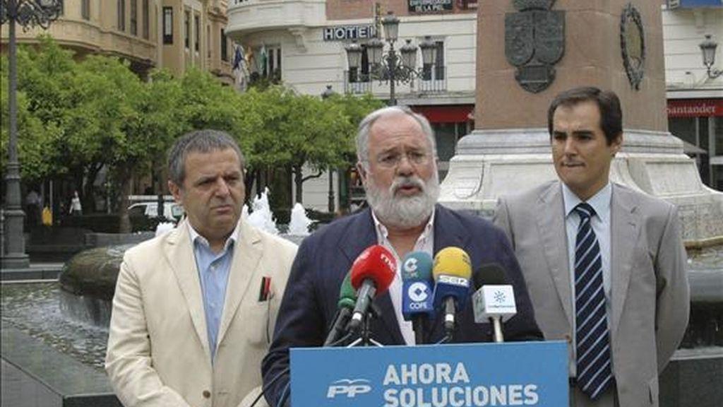 El coordinador del programa electoral del PP para las elecciones europeas, Miguel Arias Cañete (c), junto al presidente del partido en Córdoba, José Antonio Nieto (d), y el parlamentario andaluz, Salvador Fuentes (i), durante el acto celebrado en Córdoba con motivo de los comicios europeos del próximo domingo. EFE