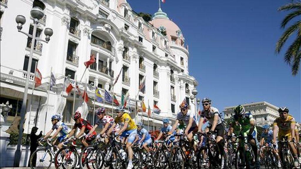 Un grupo de ciclistas pasa por delante del hotel Negresco de Niza. EFE/Archivo
