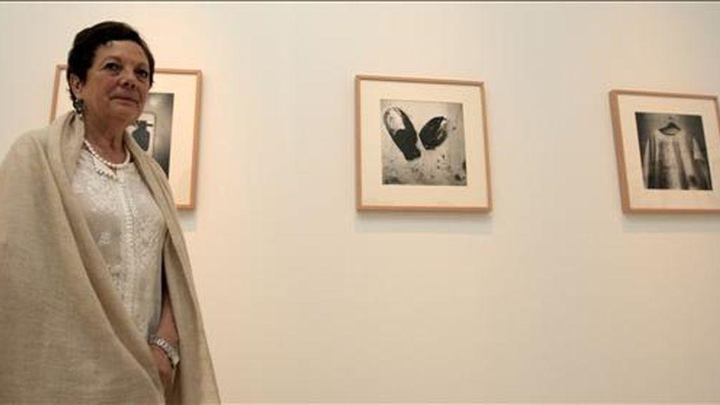 La fotógrafa mexicana Graciela Iturbide, galardonada el pasado año con el Premio Hasselblad, ante algunas de sus imágenes, hoy en la sede de la Fundación Mapfre de Madrid que acoge una muestra de su obra. EFE