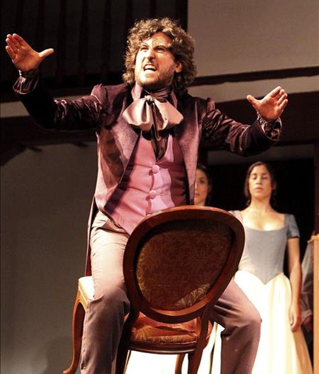 """El actor Francesco Carril, que interpreta a Don Juan, durante el pase gráfico de """"La moza de cántaro"""", una pieza teatral de Lope de Vega, en el Corral de Comedias de Almagro, dentro de la programación del Festival de Teatro Clásico de la localidad castellano-manchega. EFE"""