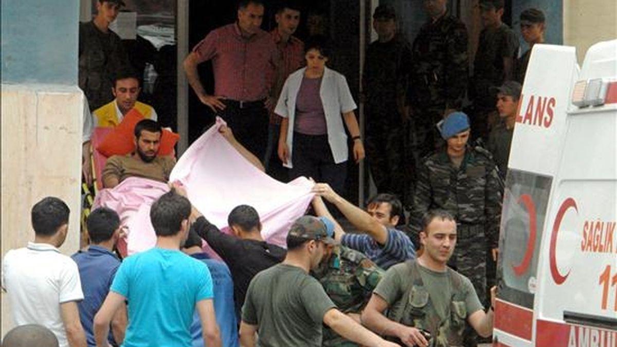 Soldados turcos heridos llegan a un hopital en Saemdinli, en la provincia turca de Hakkari, al sureste del país, el pasado 19 de junio, tras un ataque de guerrilleros del Partido de los Trabajadores del Kurdistán (PKK). EFE/Archivo