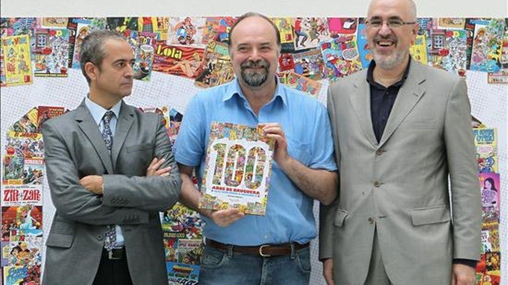 """El autor de """" 100 años de Bruguera """", Toni Guiral (c), acompañado del biznieto del fundador Joan Bruguera (i), y el director editorial de Ediciones B. Ricardo Artola (d), durante la presentación del libro hoy en Barcelona en el que se recogen las diferentes etapas por las que ha pasado Editorial Bruguera en su historia, desde el germen de El Gato Negro, hasta su sucesora, Ediciones B. EFE"""