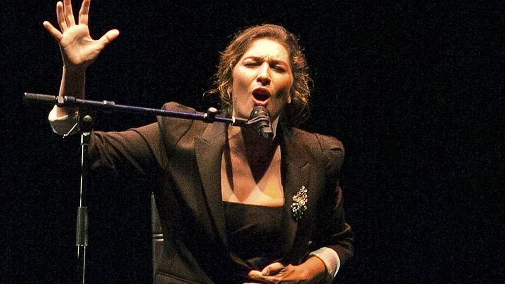 La cantaora Estrella Morente durante su actuación en la inauguración de la VIII edición del certamen que se celebera en el Teatro Salder's Wells de la capital britanica. EFE