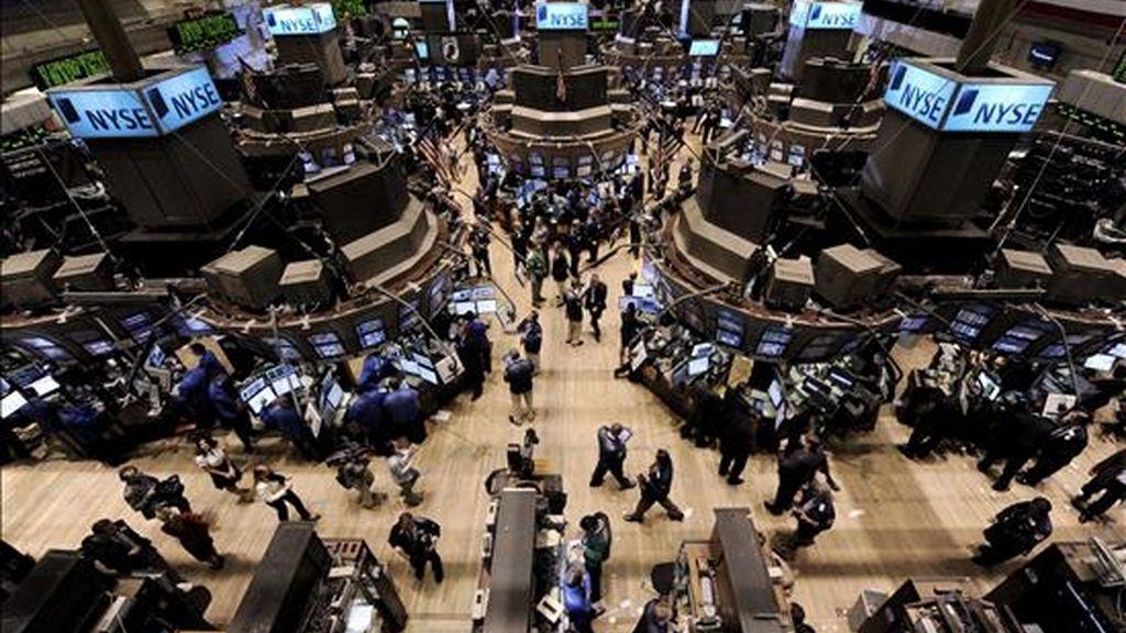 El Dow Jones de Industriales retrocedió en esta ocasión el 0,36% (-38 puntos) y finalizó en 10.636,38 unidades, aunque se mantiene un 2% por encima del nivel en que inició el año. EFE/Archivo