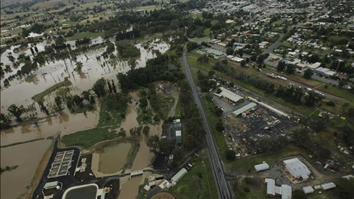 Una vista aérea de las inundaciones en Tumut, Australia, hoy, 9 de diciembre de 2010. Las lluvias en la zona han hecho crecer el río Tumut a niveles peligrosos y los residentes del Tumut han comenzado a colocar sacos de arena para protegerse. EFE