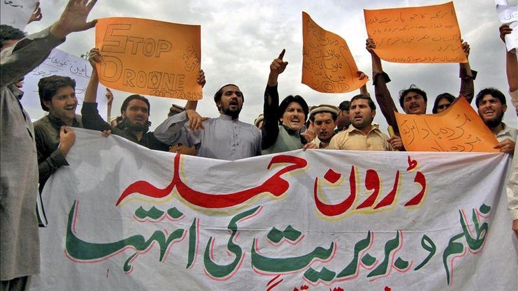 Miembros de la Federación de Estudiantes de Waziristán sostienen una pancarta en protesta al ataque con misiles de EEUU en un bastión talibán al norte de Waziristán en la que murieron 38 personas, el pasado mes de marzo. EFE/Archivo