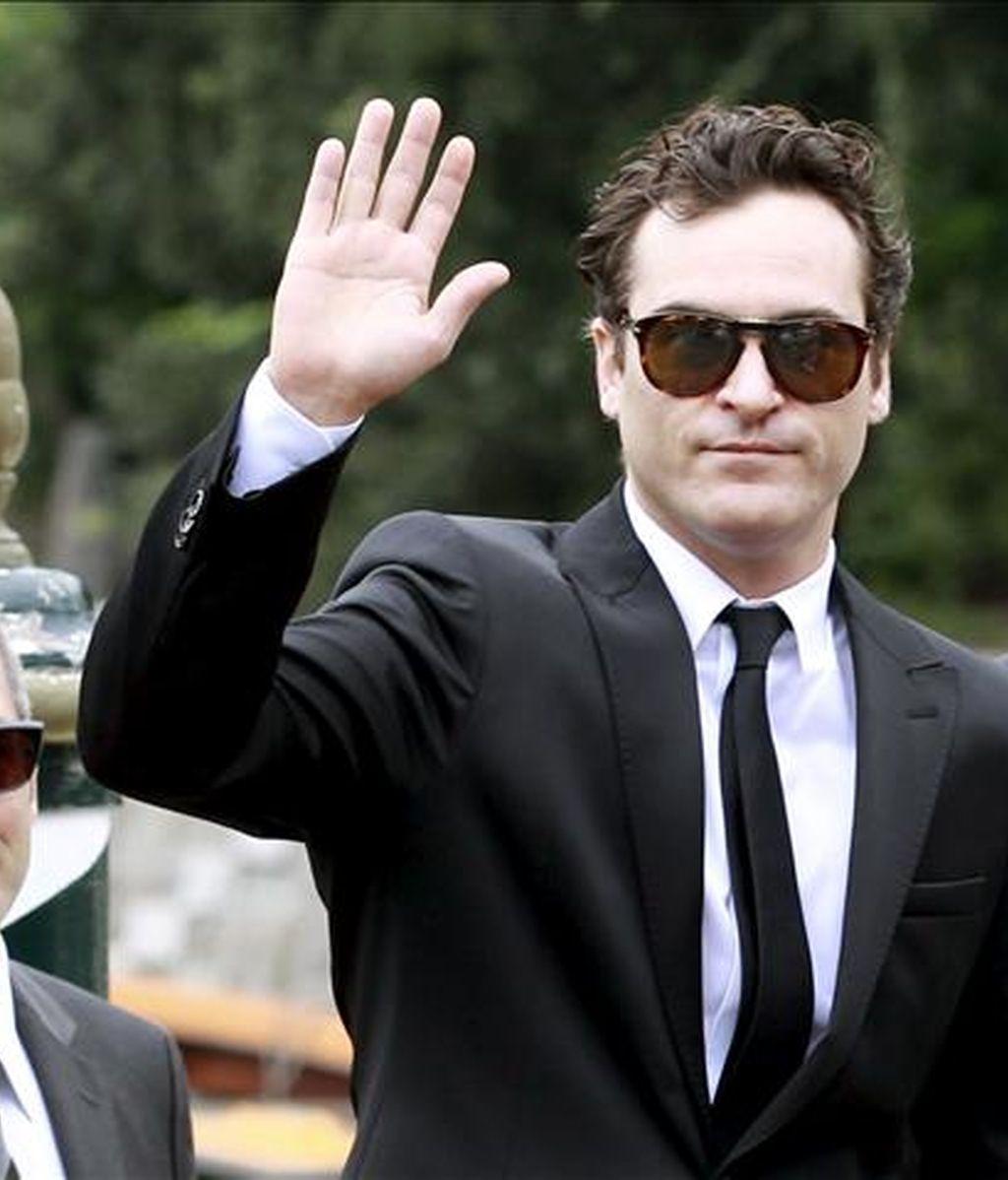 El actor estadounidense Joaquin Phoenix saluda a su llegada al 67 Festival Internacional de Cine de Venecia, Italia. EFE/Archivo